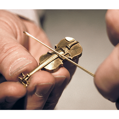 Goldsmiths are used to doing precision work at a very small scale. And so Wilhelm Hadler came up with the idea of creating a miniature violin. It's made of pure gold and is actually playable. © master goldsmith Wilhelm Hadler, photo: kulturundwein.com